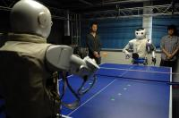 Китайски роботи играят тенис на маса